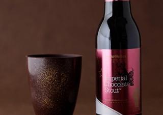 チョコ風味のビールを注いで最後はグラスまでバリバリ食べられる「チョコレート製グラスセット」