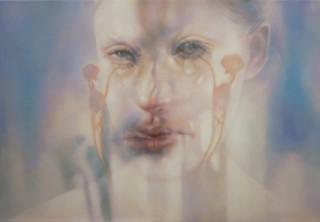 映像や写真の人物像にドローイングを重ねて制作を始める佐藤未希氏の個展「この顔をみたことがあるか」