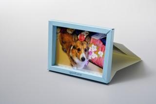 輪ゴムを内蔵した自動立体化の設計で畳んで定形郵便の料金で郵送できる高田紙器製作所の「スポンフレーム」