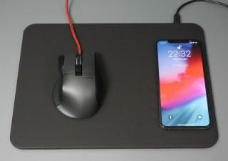 マウスの横に置くだけでスマホが充電できる、Qi充電器内蔵のマウスパッド