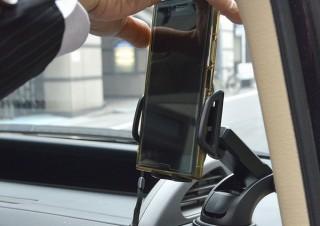 スマホを置くと自動でホールドしてくれる「オートスマートフォンホルダー」発売