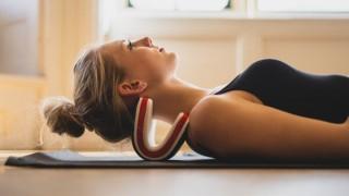 クッションの反発で首をストレッチする健康枕「necksaviour」