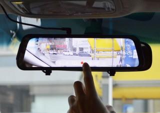 車のルームミラーがフロント/バックカメラのモニターになる「前後撮影ドライブレコーダー2」