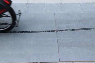 NTTドコモ、スタンプのように走ったタイヤの跡が広告になる自転車「STAMP BIKE」を開発