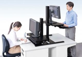 キングジム、座っても立っても作業できるデスク用昇降台を発売