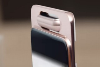 サムスン、スマホからカメラがせり出しスコアボード風に回転するユニークな「Galaxy A80」発表