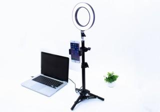 デスクでの自撮り・配信時・ブツ撮りで明るく照らしてくれる「LEDリングライト付きスマホスタンド」