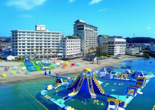 海上に25のアトラクションが登場!勝浦ホテル三日月の目の前にスライダーなどを設置