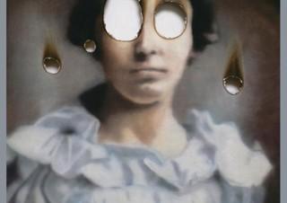 描き終わった人物の目を燃やすことで作品としている倉崎稜希氏の個展「Traces Of The Soul」