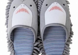 歩きながら床を掃除できる「モップスリッパ」にサメとワニモデル登場、ヴィレヴァンから