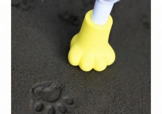 猫の足跡を傘の先っぽでペタペタと再現できる、梅雨を楽しく過ごせる「肉球スタンプ」