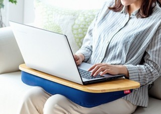 ノートPCをのせて作業したりお弁当を食べたり、枕にもなる「膝上テーブル」発売