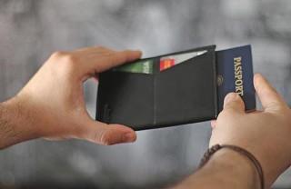 パスポートと搭乗券をスッキリと持ち運ぶ、ミニマリズムを追求したパスポート専用財布「Dash Travel Wallet」