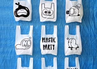 ビニール袋のような廃棄物とキャラクターを組み合わせたYeka Haski氏の個展「Plastic Party」