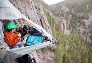 断崖絶壁で寝たり、砂漠に寝っ転がるなど冒険的な宿泊プランを提供する「Airbnb アドベンチャー」