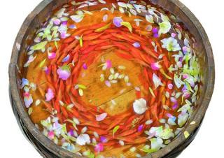 金魚絵師の深堀隆介氏ら6名が金魚エリアの水槽を演出したすみだ水族館の「金魚♡(LOVE)展」