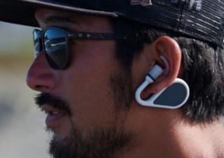 耳に装着して最長500m離れた仲間と会話できるウェアラブルギアをソニーがクラファンへ