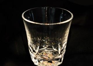 ヴィレヴァン、暗闇で幻想的に輝くグラスとプレートを発売