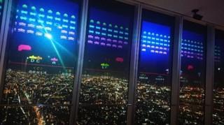 地上約300mの展望台でレトロなゲームの世界を楽しめる「ハルカス300スペースインベーダーワールド」