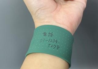 これでタスクの処理を忘れない、腕に装着していつでもメモを取れるアームバンド