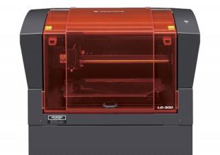 ローランドD.G.子会社のDGSHAPEが半導体レーザー箔転写機「LD-300」を12月から国内発売