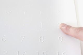 立体的な浮き出し文字で視覚障害のある人でも使える真美堂手塚箔押所の「バリアフリーカレンダー2020」