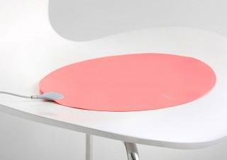 オフィスや野外でも活躍する、USB駆動の超薄型ヒーター「INKO Heating Mat HEAL」