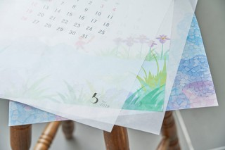 複数の色の重ね刷りが難しいとされる半透明のグラシンペーパーに4色印刷したカレンダー「satoyama」