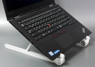 スティック状に折りたたんで持ち歩ける、外出先での作業に適したノートPCスタンド