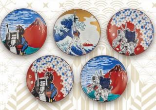 ガンダムを葛飾北斎風に! 伝統の九谷焼の豆皿と越前漆器のボトルで表現
