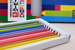 クーピーをイメージした12色「クーピー風カラー箸」。ヘソプロダクションより