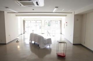 鑑賞者に自分の立ち位置を問いかける仕掛けが盛り込まれた久芳真純氏の個展「左右の再配置」