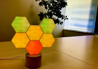 自由な組み立てが可能で音楽とシンクロしながら光る正六角形のブロック式LEDライト「Cololight Pro」