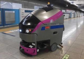 駅のホームをキレイにするのは電車型の「自動ロボット洗浄機」、新宿駅で本格稼働へ