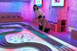 ソニーが渋谷にキラッキラのミニ四駆コースを開設、走行中にマッピングなどの演出