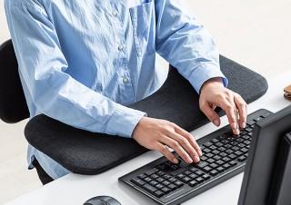 サンワサプライ、デスクに引っ掛けるだけで使える幅60cmのリストレストを発売