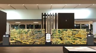 日本写真印刷コミュニケーションズの高精細ファブリック印刷で製作された成田国際空港の「光る江戸図」