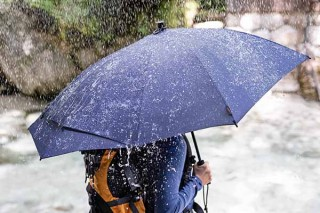 A&F、背中とバックパックの間が雨で濡れない傘を発売