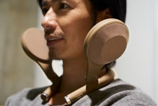 まるで肩からキノコが生えたようなデザインの「臨場感サウンドギア」をaiwaが開発