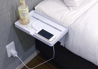 マットレスの下にアームを挟むだけの簡単設置! ベッドサイドを拡張する簡易テーブル