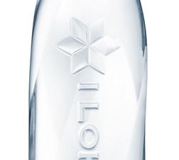 ロゴをエンボス加工で表現したラベルレスのパッケージの「い・ろ・は・す」が登場