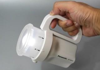 非常時に大活躍、単一から単四までどれでも使えるコンパクトな懐中電灯
