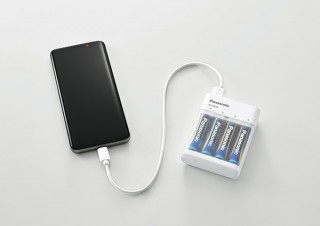 パナソニック、単三形の電池4本を使ってスマホ充電できる「BH-BZ40K」を発売