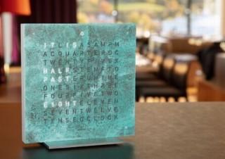 時刻を文字で表示する時計「QLOCKTWO」に、古代の銅板のような卓上サイズ登場