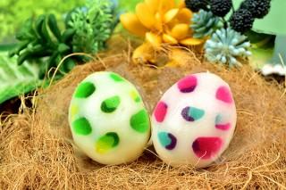 食べられるインクを活用して恐竜の卵をモチーフとしたカラフルな餅を丸八製菓が発売