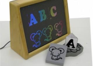 テクニカルアーティスト、文字や絵がレインボーカラーで浮かび上がる電光看板「Beeboard」を発売