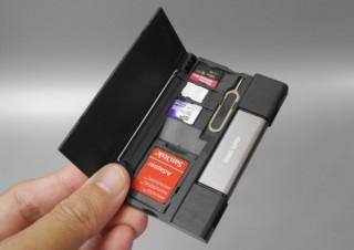 メモリカードとカードリーダー、SIMカードをコンパクトに持ち歩ける収納キット