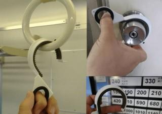 グリップゴムで吊り革や丸いドアノブを非接触にできる「ノータッチフック」発売