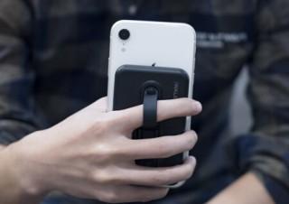 モバイルバッテリー、スマホリング、スマホスタンドが一体化した「AIR PLUS」