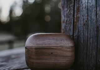 クルミの木で作ったやさしい手触りのAirPods Proケース。OAKYWOODより